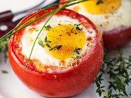 Рецепта Пълнени домати с яйца и магданоз печени на фурна (вегетарианско)